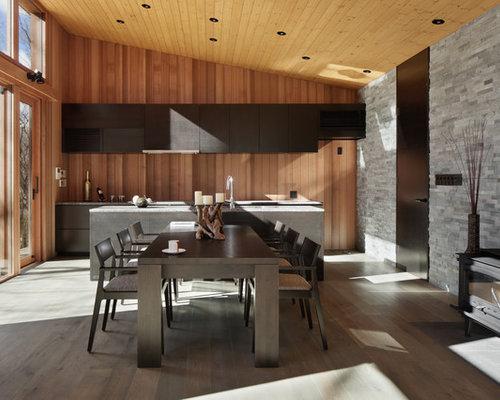 Salle à manger avec un poêle à bois et un sol en bois peint : Photos ...