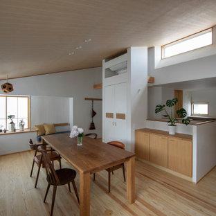 他の地域のコンテンポラリースタイルのおしゃれなLDK (白い壁、淡色無垢フローリング、ベージュの床、三角天井、板張り天井) の写真