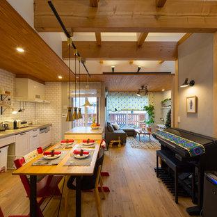 他の地域の中サイズの北欧スタイルのおしゃれなLDK (白い壁、無垢フローリング、暖炉なし、茶色い床) の写真