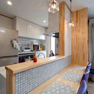 Idée de décoration pour une salle à manger ouverte sur le salon avec un mur blanc, un sol en contreplaqué, un sol marron, un plafond en papier peint et du papier peint.