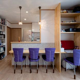 Неиссякаемый источник вдохновения для домашнего уюта: гостиная-столовая с белыми стенами, полом из фанеры, коричневым полом, потолком с обоями и обоями на стенах