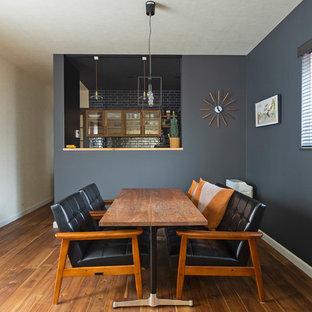 Ejemplo de comedor vintage, de tamaño medio, abierto, con paredes negras y suelo de madera en tonos medios