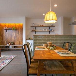 他の地域の北欧スタイルのおしゃれなLDK (白い壁、茶色い床、暖炉なし、無垢フローリング) の写真