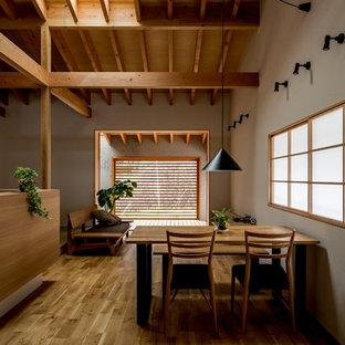 他の地域のアジアンスタイルのおしゃれなLDK (グレーの壁、無垢フローリング、茶色い床) の写真