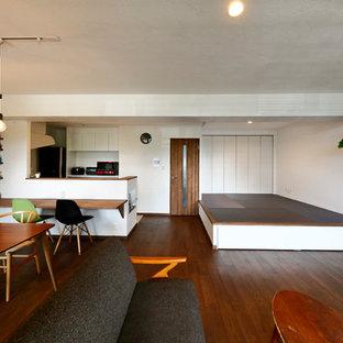 他の地域のモダンスタイルのおしゃれなLDK (マルチカラーの壁、濃色無垢フローリング、茶色い床) の写真