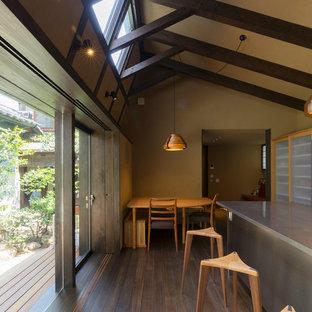 他の地域のアジアンスタイルのおしゃれなダイニングキッチン (茶色い壁、濃色無垢フローリング、茶色い床) の写真