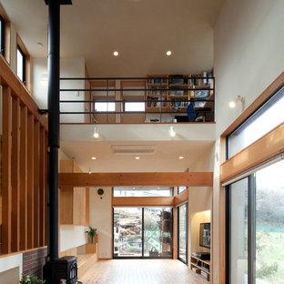 他の地域のカントリー風おしゃれなLDK (白い壁、淡色無垢フローリング、薪ストーブ、レンガの暖炉まわり、ベージュの床) の写真
