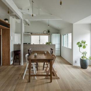他の地域の小さいコンテンポラリースタイルのおしゃれなLDK (白い壁、淡色無垢フローリング、暖炉なし、白い床) の写真