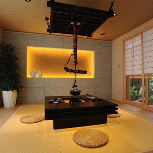 Idée de décoration pour une salle à manger asiatique avec un mur beige, un sol de tatami et un sol beige.