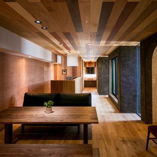 アジアンスタイルのおしゃれなダイニング (マルチカラーの壁、無垢フローリング、茶色い床) の写真