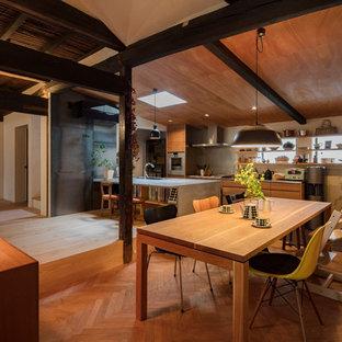 Esempio di una sala da pranzo aperta verso il soggiorno etnica di medie dimensioni con stufa a legna e cornice del camino piastrellata
