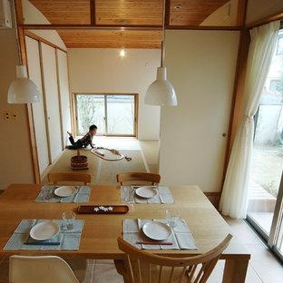 Réalisation d'une salle à manger ouverte sur la cuisine asiatique de taille moyenne avec un mur blanc, un sol en carreau de terre cuite, un sol orange et aucune cheminée.