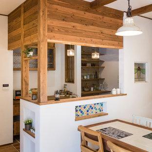 名古屋の地中海スタイルのおしゃれなダイニングキッチン (白い壁、無垢フローリング、茶色い床) の写真