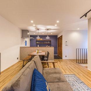 Ejemplo de comedor industrial, abierto, con paredes blancas, suelo de madera clara y suelo marrón