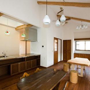 大阪のアジアンスタイルのおしゃれなLDK (白い壁、無垢フローリング、茶色い床) の写真