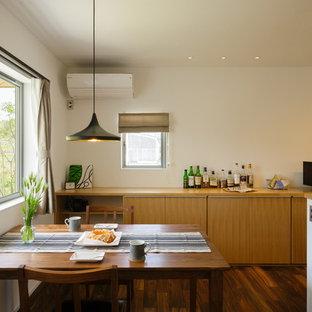 他の地域の小さいコンテンポラリースタイルのおしゃれなダイニング (白い壁、濃色無垢フローリング、茶色い床) の写真