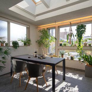 Diseño de comedor de estilo zen, sin chimenea, con suelo de baldosas de porcelana y suelo gris
