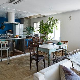 東京23区の地中海スタイルのおしゃれなLDK (青い壁、淡色無垢フローリング、ベージュの床) の写真
