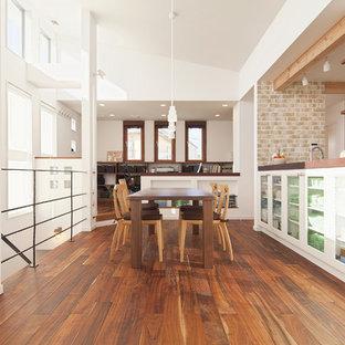 他の地域のトランジショナルスタイルのおしゃれなLDK (濃色無垢フローリング、茶色い床、白い壁) の写真