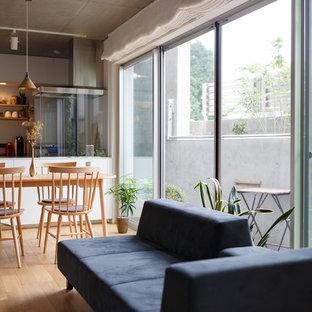 Réalisation d'une salle à manger nordique avec un mur blanc, un sol en contreplaqué et un sol beige.