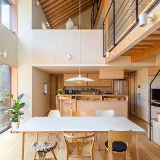 他の地域のアジアンスタイルのおしゃれなダイニングキッチン (白い壁、淡色無垢フローリング、ベージュの床) の写真