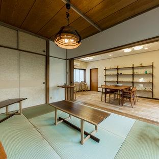 Modelo de comedor asiático, pequeño, sin chimenea, con paredes blancas, tatami y suelo verde