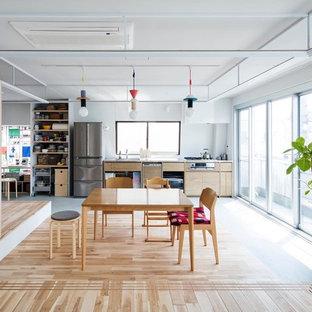 東京23区の中サイズのコンテンポラリースタイルのおしゃれなLDK (白い壁、無垢フローリング、ベージュの床) の写真