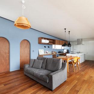 大阪のコンテンポラリースタイルのおしゃれなLDK (青い壁、無垢フローリング、茶色い床) の写真