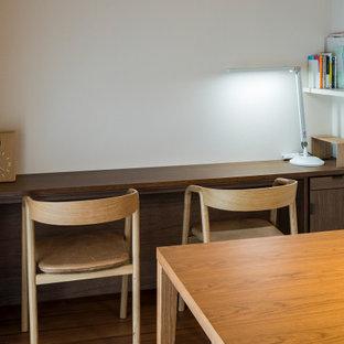 Idée de décoration pour une petit salle à manger ouverte sur le salon nordique avec un mur blanc, un sol en bois brun, aucune cheminée, un plafond en papier peint et du papier peint.