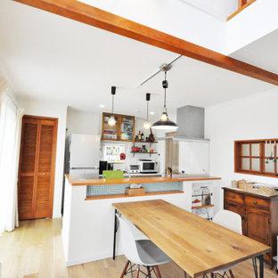 Idéer för att renovera en matplats med öppen planlösning, med vita väggar, plywoodgolv och brunt golv