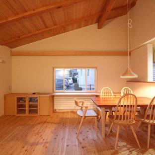 他の地域の北欧スタイルのおしゃれなダイニング (白い壁、無垢フローリング、茶色い床) の写真