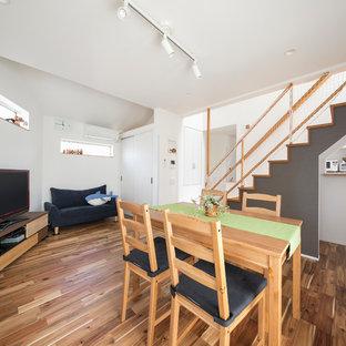 東京23区のコンテンポラリースタイルのおしゃれなLDK (白い壁、無垢フローリング、茶色い床) の写真