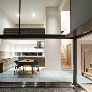 他の地域のコンテンポラリースタイルのおしゃれなダイニングキッチン (白い壁、セラミックタイルの床、暖炉なし) の写真
