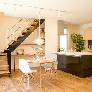 他の地域の北欧スタイルのおしゃれなLDK (白い壁、無垢フローリング、茶色い床) の写真
