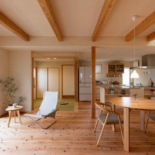 Idées déco pour une salle à manger asiatique avec un mur blanc, un sol en bois brun, un sol marron et un plafond en poutres apparentes.