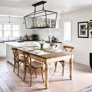他の地域のトランジショナルスタイルのおしゃれなLDK (淡色無垢フローリング、茶色い床、白い壁、暖炉なし) の写真