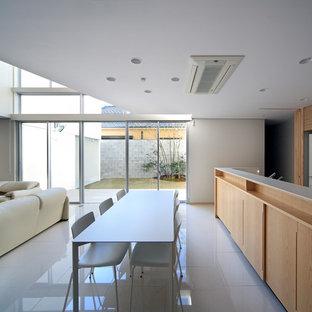 Foto de comedor moderno, abierto, con paredes blancas, suelo de baldosas de cerámica y suelo blanco