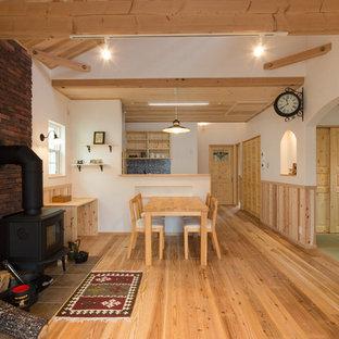 他の地域, のおしゃれなLDK (白い壁、無垢フローリング、茶色い床) の写真