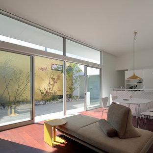 他の地域のモダンスタイルのおしゃれなLDK (白い壁、塗装フローリング、茶色い床) の写真