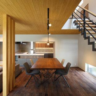 Inspiration för en stor funkis matplats med öppen planlösning, med vita väggar, mörkt trägolv och brunt golv