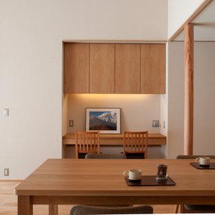 他の地域の中くらいのアジアンスタイルのおしゃれなダイニング (白い壁、淡色無垢フローリング、ベージュの床) の写真