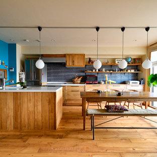 他の地域のアジアンスタイルのおしゃれなダイニングキッチン (ベージュの壁、無垢フローリング、ベージュの床) の写真
