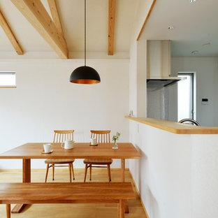 東京23区のアジアンスタイルのおしゃれなダイニングキッチン (白い壁、茶色い床) の写真