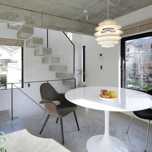 東京23区のモダンスタイルのファミリールームの画像 (白い壁、コンクリートの床、グレーの床、暖炉なし、独立型)
