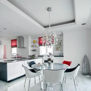 他の地域の中サイズのトラディショナルスタイルのおしゃれなLDK (白い壁、大理石の床、白い床) の写真