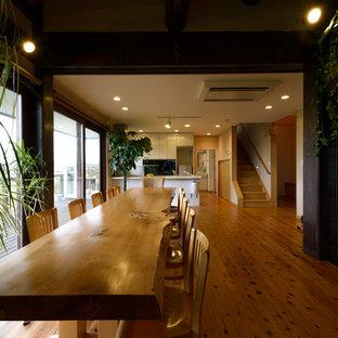 他の地域のアジアンスタイルのおしゃれなダイニング (白い壁、無垢フローリング、茶色い床) の写真