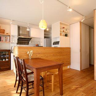 東京23区のカントリー風おしゃれなLDK (白い壁、無垢フローリング、茶色い床) の写真