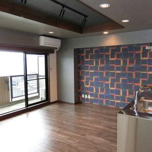 Idee per una sala da pranzo aperta verso il soggiorno etnica con pareti multicolore e pavimento in compensato