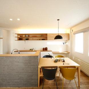 札幌のアジアンスタイルのおしゃれなLDK (白い壁、無垢フローリング、茶色い床) の写真