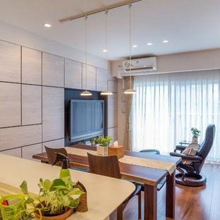 Foto di una grande sala da pranzo aperta verso il soggiorno etnica con pareti bianche, pavimento in compensato, nessun camino e pavimento marrone